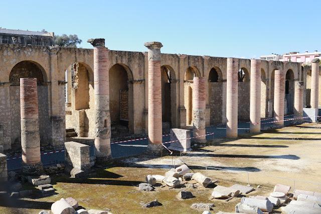 Fachada del teatro romano de Itálica