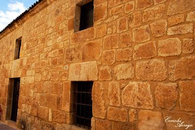 Gran edificio en piedra y sillares que era el Cuartel Viejo y que tiene en su fachada varios detalles interesantes como un escudo, motivo visigodo y varias lápidas con inscripciones romanas