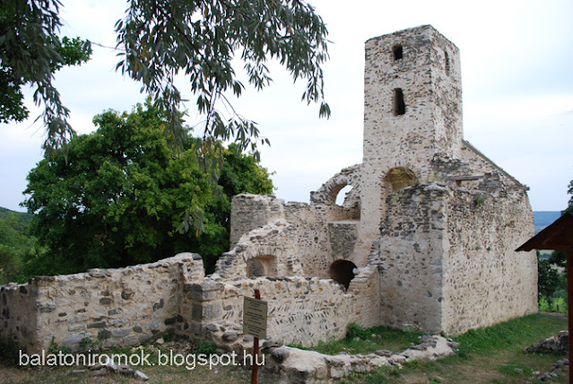 Szent Balázs templomrom épületének falai észak-kelet  felől fotózva, jobbra toronnyal