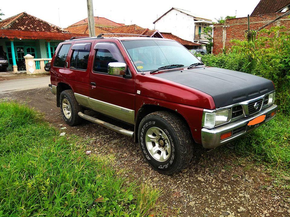 Nissan Terrano Merah