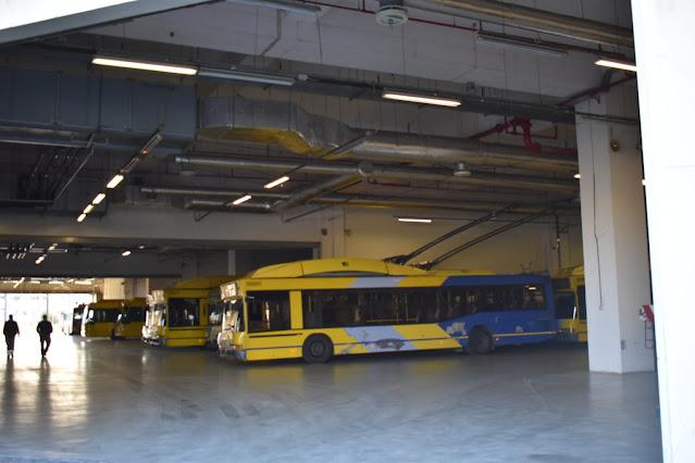 Στο δεύτερο μέρος του αφιερώματός μας στα τρόλεϊ-ηλεκτροκίνητα λεωφορεία, θα παρουσιάσουμε τις εξαιρετικές εγκαταστάσεις του αμαξοστασίου στο Ρουφ. Εκεί όπου καθημερινώς, οι τεχνικοί του ΟΣΥ (πρώην ΗΛΠΑΠ), με επαγγελματική συνείδηση και φιλοτιμία, δίνουν τη δική τους μάχη, για να διατηρήσουν σταθερή τη ροή των οχημάτων που εξυπηρετούν τους πολίτες.