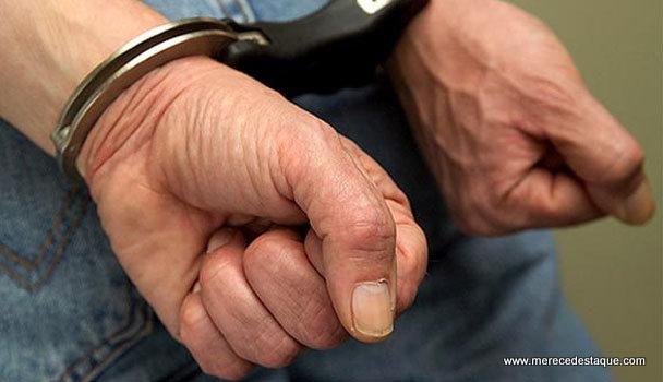 Homem é detido após agredir pessoas a pauladas no Centro de Santa Cruz