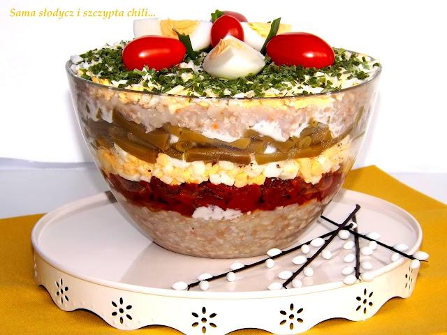 Warstwowa sałatka z białą  kaszą gryczaną, fasolką, jajkiem i suszonymi pomidorami.