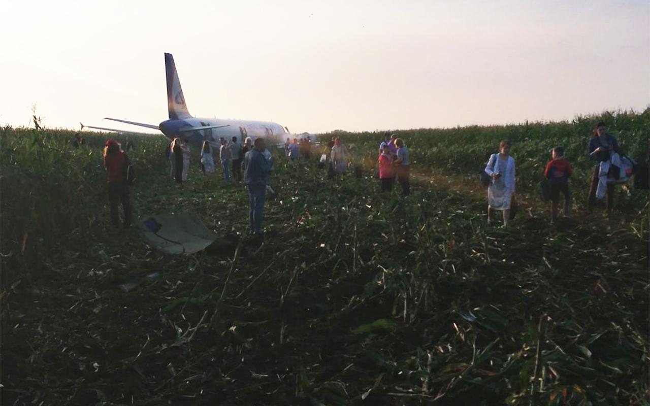 Pasažieru lidmašīnai atsaka abi dzinēja. Tā nosēžas klājā laukumā.