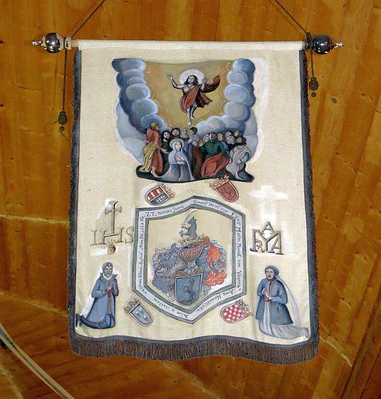 Chorągiew z herbem rodowym Moniaków.