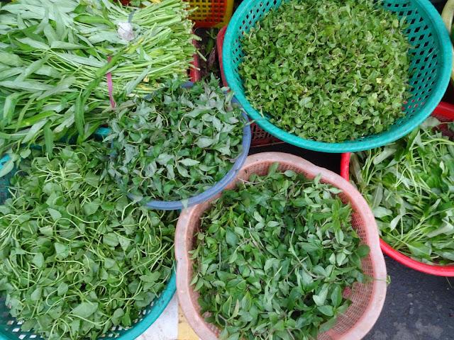 Verse kruiden op de markt in Vietnam