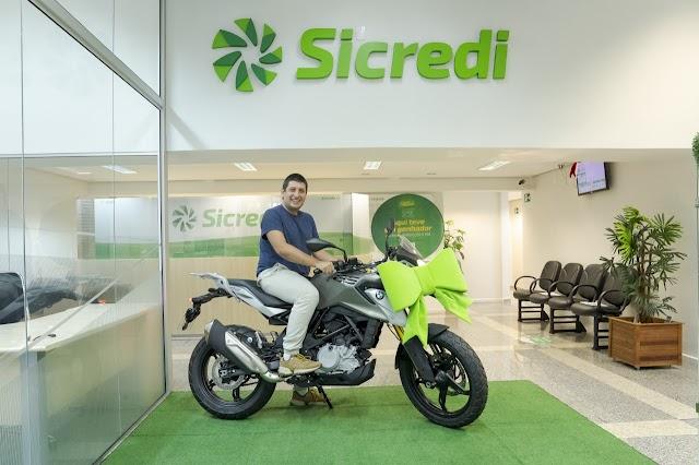Sicredi Vale do Piquiri Abcd PR/SP entrega moto à terceiro premiado em campanha de capital social