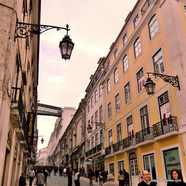 A passarela do Elevador de Santa Justa vista da Baixa de Lisboa
