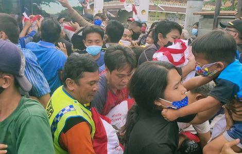 Warga Berebut Bingkisan Jokowi, Aktivis: Yang Buat Kerumunan Ini Kapan Ditangkap?