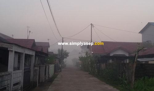 KABUT : Asap kabut pekat tertanggap kamera pada tanggal 17 Juli 2018 hari Selasa sekitar pukul 06.10 WIB pagi.  Asap kabut ini akan sirna saat matahari mulai naik. Foto Asep Haryono