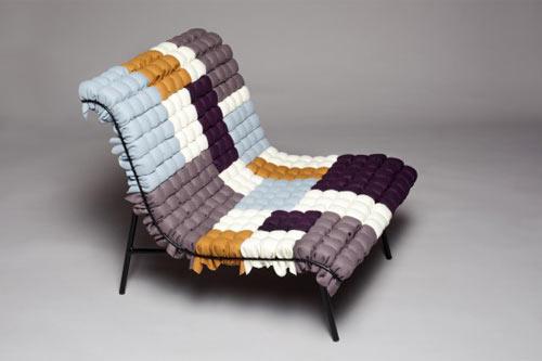 Diseño de sillón hecho con pedazos de tela