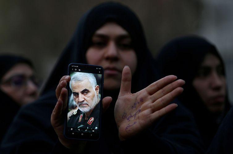Milhares de pessoas participam do funeral de general iraniano