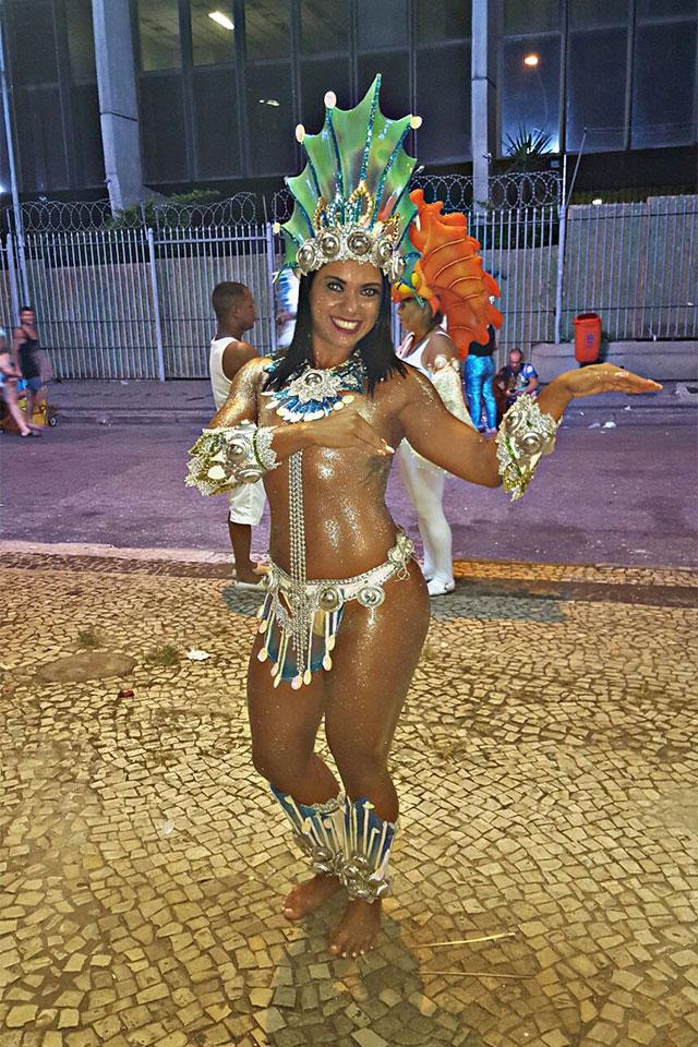 Livia Duarte mostra fantasia de sereia na concentração da Acadêmicos do Cubango. Foto: Arquivo pessoal