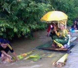 Bajir Bukan Menjadi Penghalang Bagi Pengantin Menuju Pelaminan