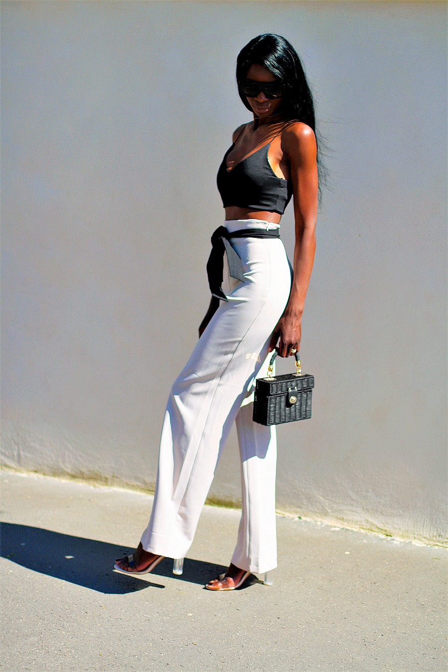 idee-tenue-chic-tendance-pantalon-large-sac-paille-brassiere-crop-top