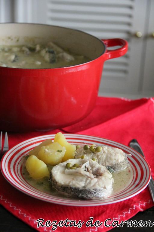 Merluza con patatas y guisantes