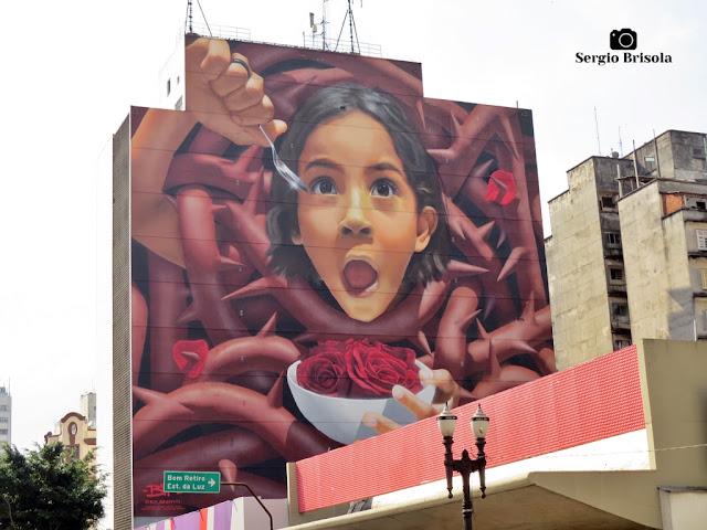 """Vista ampla do Mural gigante """"O Caçador de Rosas"""" - Santa Ifigênia - São Paulo"""