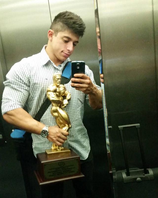 Otto desembarca no Brasil e mostra o troféu de Campeão Overall Fisiculturismo Junior. Foto: Arquivo pessoal