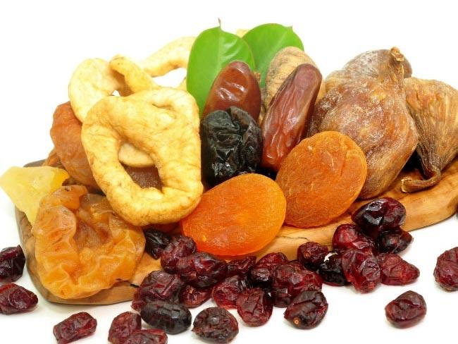 تمتاز الفواكه المجففة بشيء من الحسنات وببعض السيئات على المستوى الغذائي.