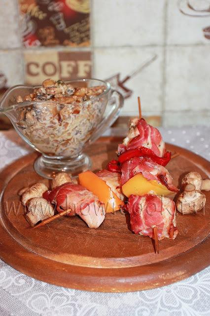 рецепт куриных шашлычков в беконе с грибным соусом