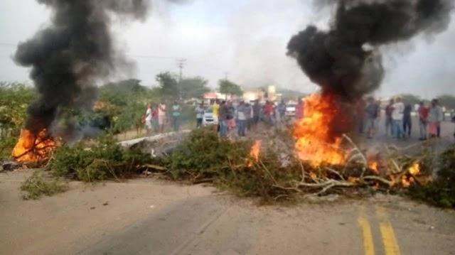"""Os motoristas do transporte alternativo de Ipirá """"Ligeirinho"""" vieram protestar contra a Lei 13.855"""