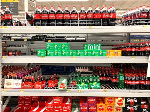 Prateleira de refrigerantes Coca-Cola, Fanta, Soda