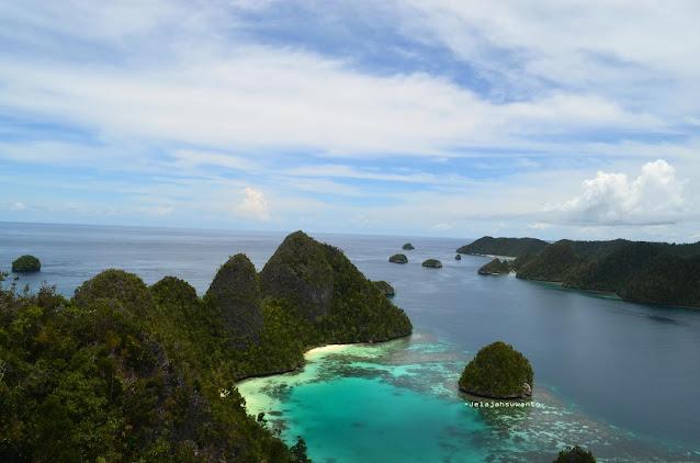 Wayag, Raja Ampat  - warna kelabu adalah lautan bebas  Ⓒjelajahsuwanto
