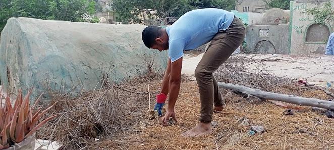 احد رجال الحملة عثر على عظام حيوانات فوق مقبرة