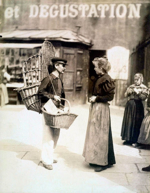 EUGENE ATGET Marchand ambulant Place Saint Médard Paris Ve 1899