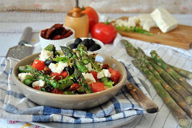 511. Sałatka z grillowanymi szparagami, serem feta i suszonymi pomidorami