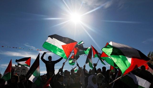 palestinos e as bandeiras do Estado da Palestina