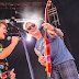 """Joven actor de Stranger Things y bajista de Pearl Jam interpretan el clásico """"Porch"""" (+VIDEO)"""
