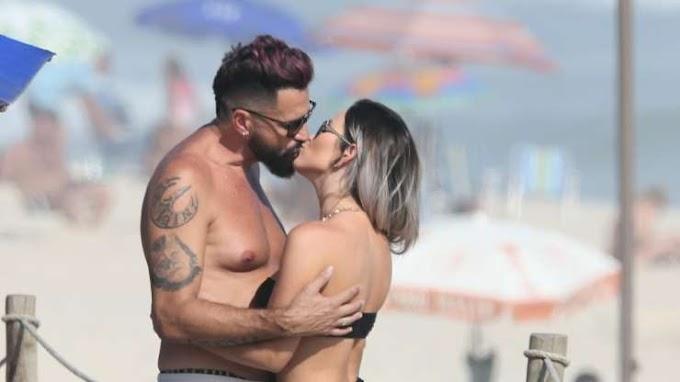 Noivos há seis meses, Latino e advogada Rafaella Ribeiro se beijam em praia. Fotos!