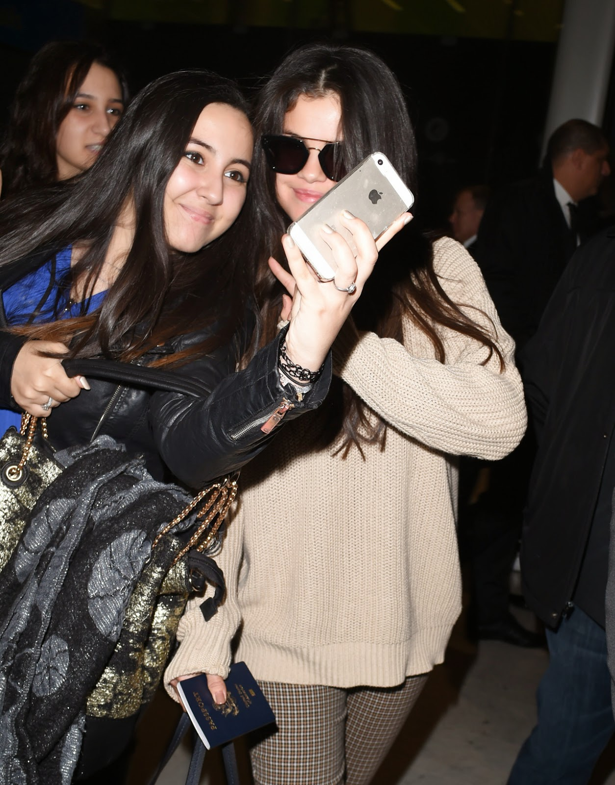 Celebrity Whereabouts: Selena Gomez Candids: Arriving in Paris
