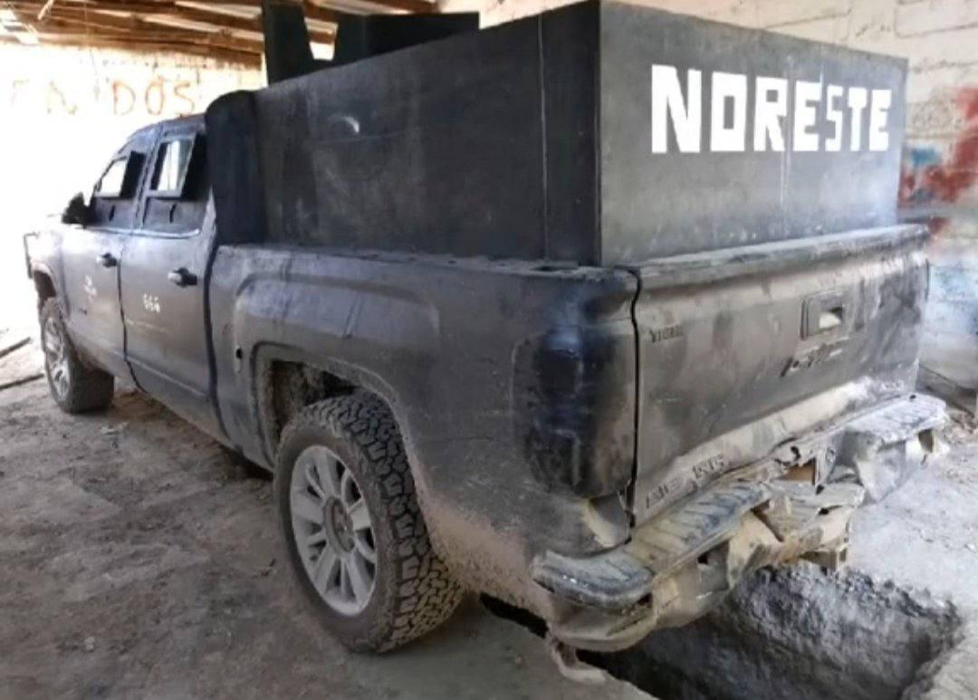 """Fotos: Tras enfrentamiento, Soldados aseguraron camioneta y equipo del Cártel del Noreste, sus """"Sicarios"""" corrieron como siempre"""
