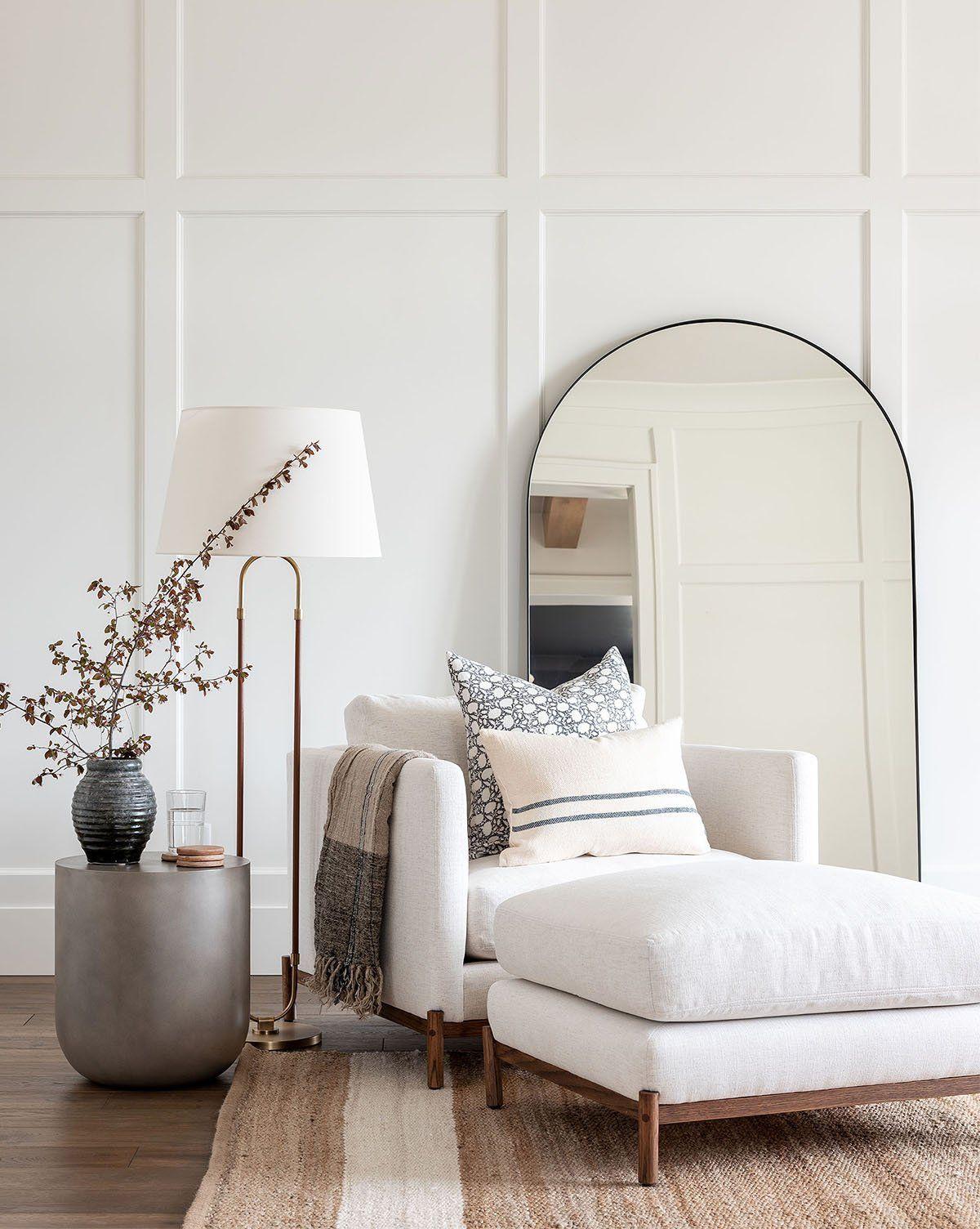 ilaria fatone inspirations - un miroir oversize posé au sol derrière un fauteuil