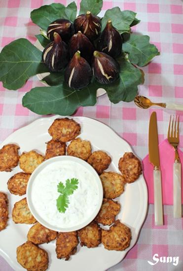 KOLOKITHOKEFTÉDES y TZATZÍKI - (Albóndigas de Calabacín) y (Crema de yogur con ajo y pepino)