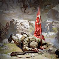 Savaş meydanında elinde Türk Bayrağı tutarken şehit olmuş bir asker