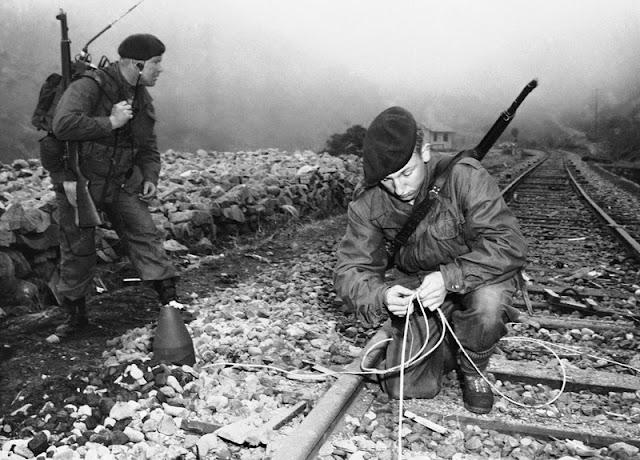 Unidades británicas infiltradas tras las líneas enemigas saboteando las vías de tren