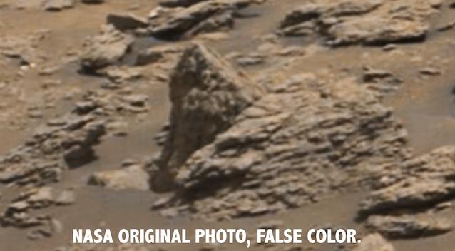 Dos extraterrestres tallados en piedra detrás de la cabeza de un dragón, en Marte 3