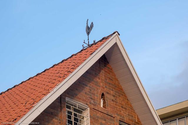 Casa na R. Alferes Ângelo Sampaio - detalhe do galo dos ventos no telhado