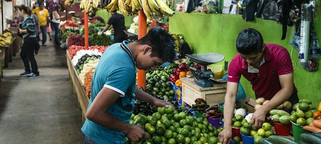 Este mercado en México vende verduras producidas por por los participantes en el Proyecto Estratégico de Seguridad Alimentaria de la FAO y la Secretaría de Agricultura, Ganadería, Desarrollo Rural, Pesca y Alimentación de México.© Alex Webb/Magnum Fotos para la FAO