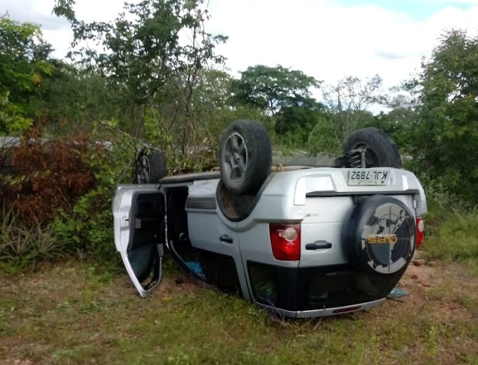 Carro capota na PE-390, em Serra Talhada, e deixa dois feridos