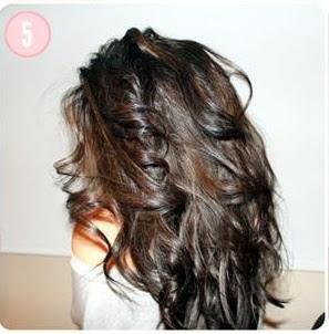 5.Adım: Elinizle saçınızı dağıtın. Dalgalı saçlar ile düz kısımları karıştırın.