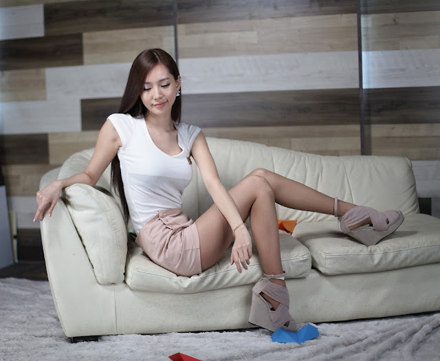 3 Lee Ji Min - White Top and Cream shorts-very cute asian girl-girlcute4u.blogspot.com