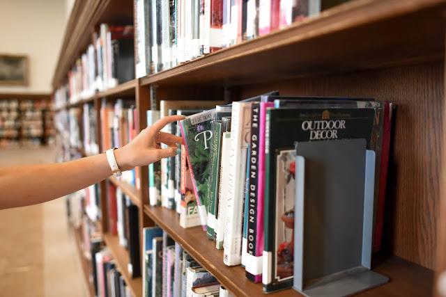 livros e faculdade