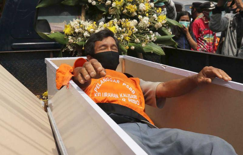 Viral dan Tuai Banyak Kritikan, PSBB Tak Akan Lagi Hukum Pelanggar PSBB Masuk Peti Mati