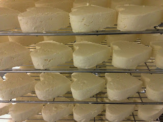 neufchatel, fromage neufchatel, fromage en forme de coeur, fabrication fromage, fabrication neufchatel, fromage normand, fromage pays de bray, blog fromage ,blog fromage maison, faire son fromage, cuisine fromage, laiterie de paris, fromagerie paris, voyage fromage, tour du monde fromage, pierre coulon