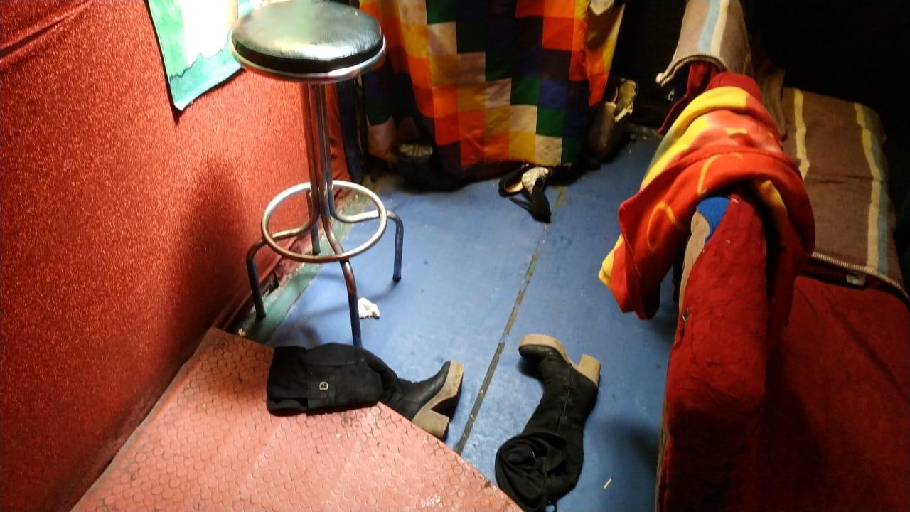 Prendas femeninas en el laberinto de vestidores, cortinas y pasillos / ÁNGEL SALAZAR