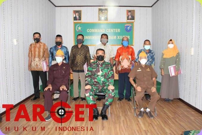 Kababinminvetcad Serahkan Keputusan dan Tunjangan Veteran di Wilayah Kodam XII Tanjungpura